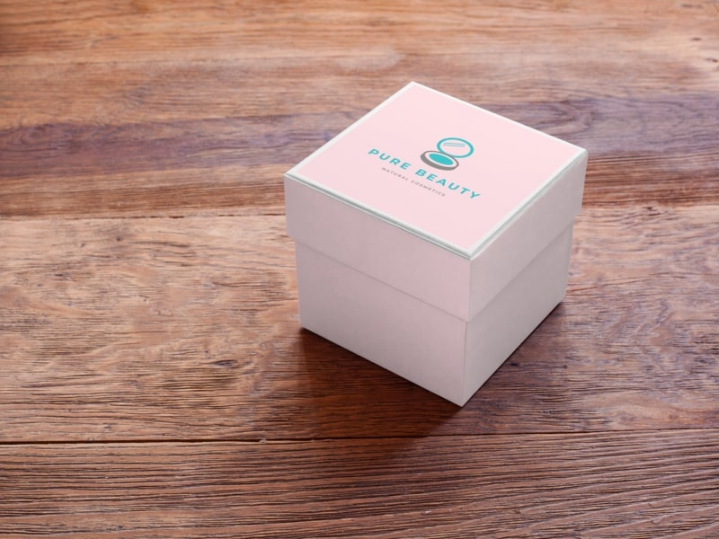 label mockup of a small box sitting on top of a table