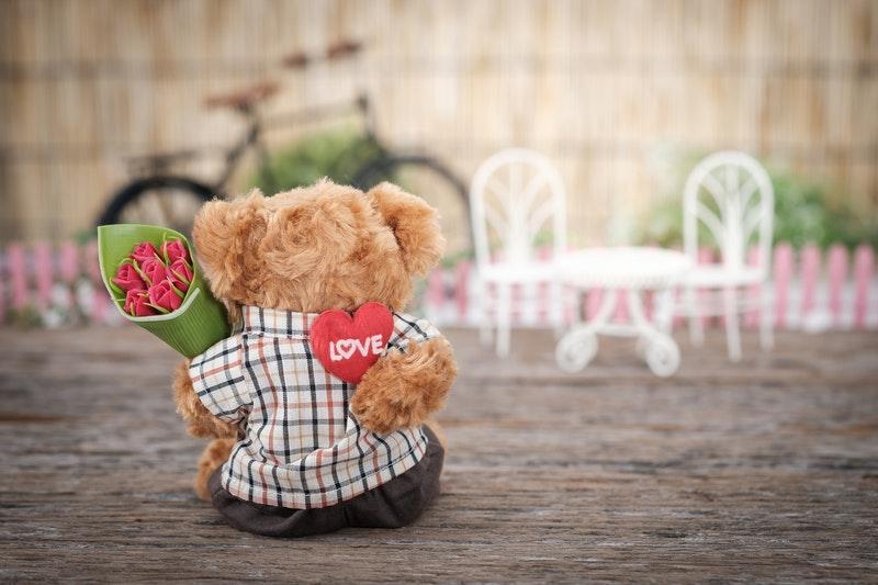 tedy bear holding roses
